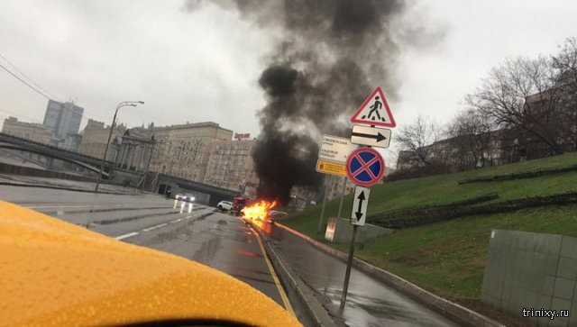 В Москве погиб стритрейсер на Maserati, врезавшийся в столб (4 фото)