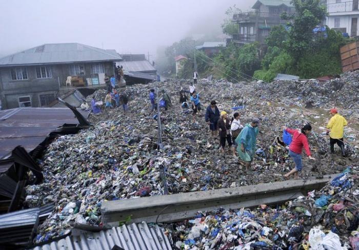 Утонули в мусоре (5 фото)