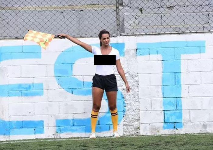 Помощница футбольного судьи Дениз Буэно стала звездой матча благодаря мокрой майке (3 фото)