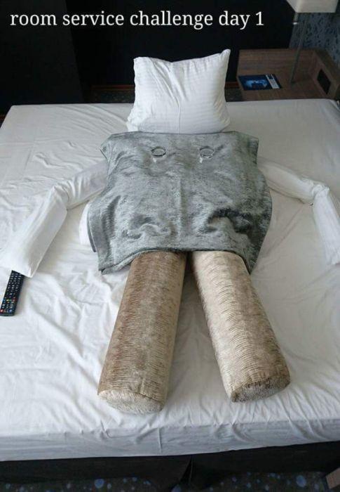 Необычное общение креативного постояльца гостиницы с горничной (17 фото)