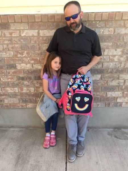 Отец поддержал дочь (4 фото)