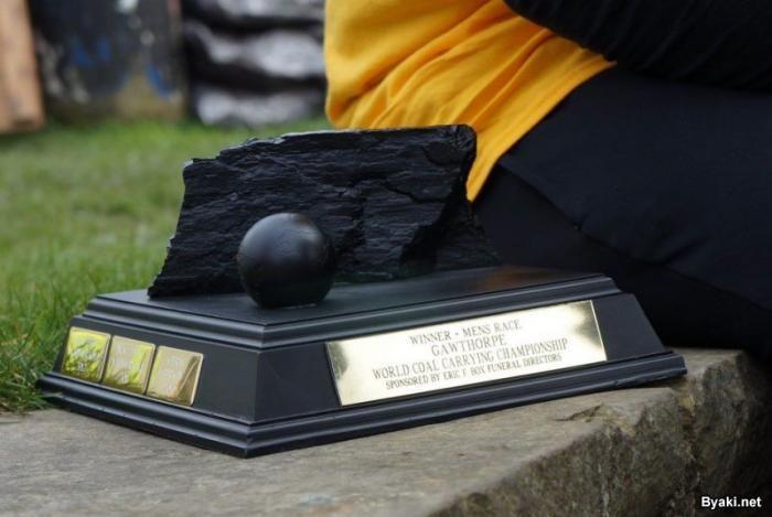 В Англии прошел чемпионат по переноске угля (10 фото)