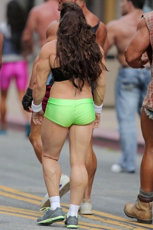 Развитая мускулатура автогонщицы Даники Патрик (8 фото)