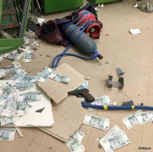 Злоумышленники взорвали банкомат в астраханском банке (4 фото)