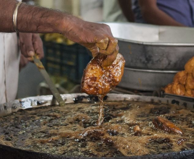 Слабо зажарить рыбу в кипящем масле голыми руками (9 фото)