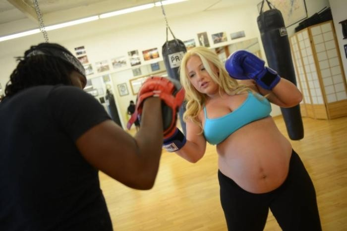 Беременная каратистка (18 фото)