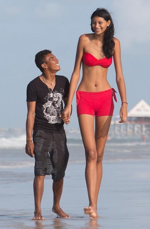 Самая высокая девушка выходит замуж за коротышку (2 фото)