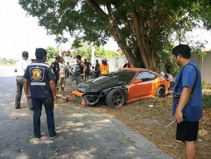 В Таиланде буддийский монах разбил спорткар своего приятеля (5 фото)
