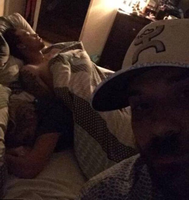 Американец опубликовал в сети фото спящей девушки с любовником (5 фото)