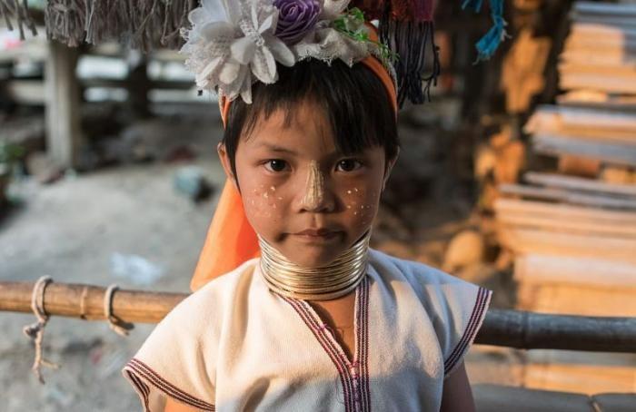 Женщины-жирафы Таиланда по-прежнему цепляют на шею кольца (15 фото)