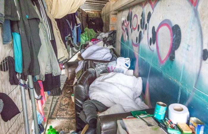 Бомжи Толик и Валера живут в тоннеле под дорогой в Манчестере (8 фото)