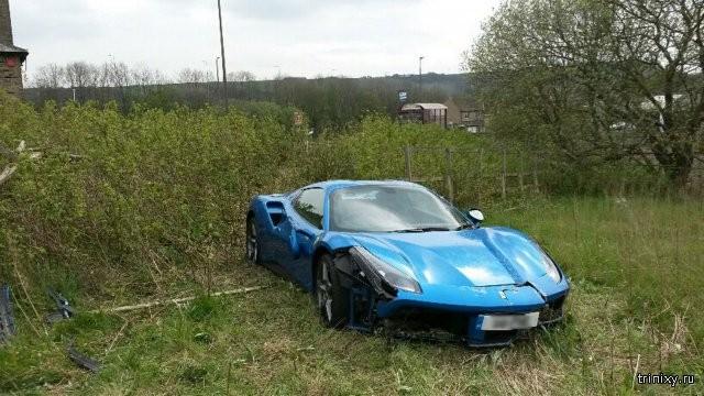 В английском поле нашли брошенный спорткар Ferrari 488 GTB (6 фото)