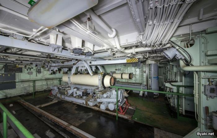 Прогулка по списанному ракетному крейсеру (8 фото)