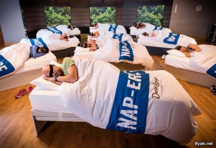 Фитнес-клуб устраивает 45-минутные тренировки, во время которых все спят (3 фото)