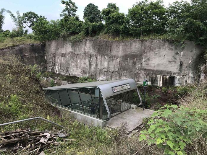 Самая странная станция метро в Китае (6 фото)