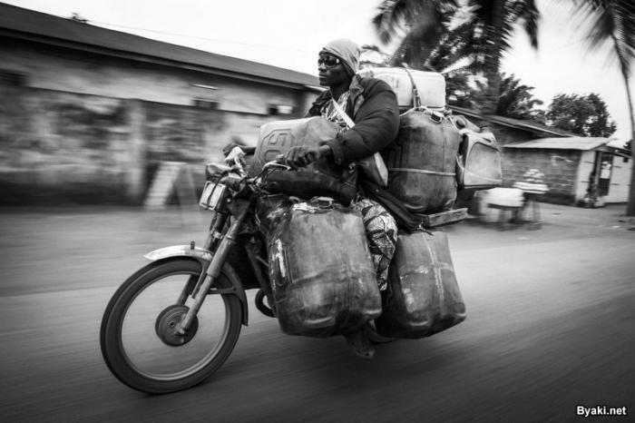 Африканские контрабандисты топлива на мотоциклах (18 фото)