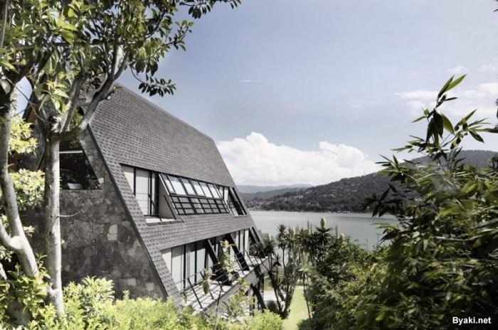 Треугольный дом на берегу озера в Мексике (9 фото)