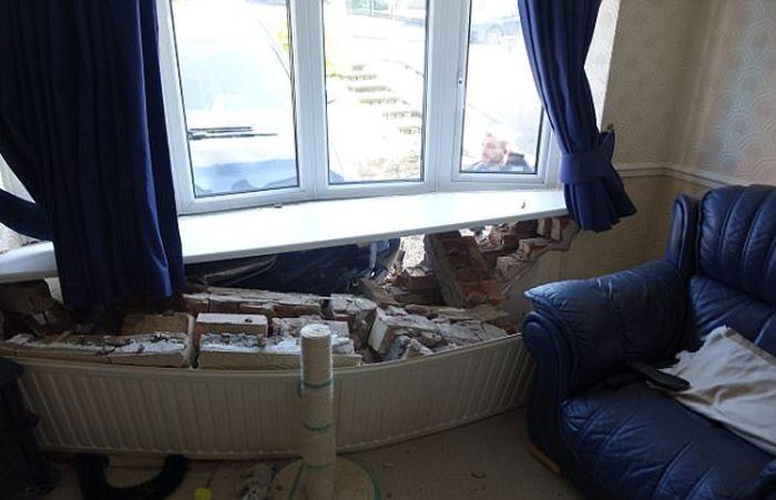 Неуправляемый автомобиль рассеянного водителя въехал в гостиную дома (3 фото)