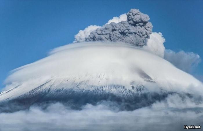 Самые зрелищные извержения вулканов последнего десятилетия (17 фото)