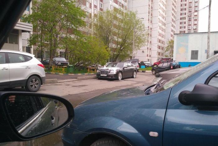 Наказание за неправильную парковку (2 фото)