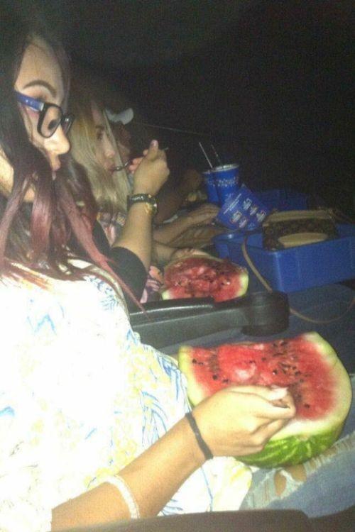 Как пронести арбуз в кинотеатр (4 фото)