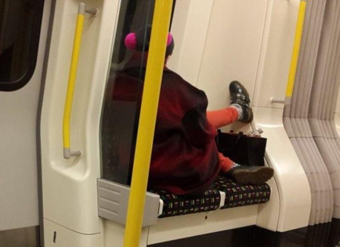 Женщины в общественном транспорте (16 фото)