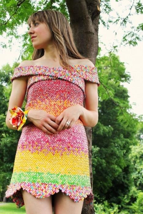 Девушка сделала платье из 10 тысяч фантиков (6 фото)