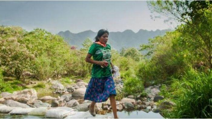 Мексиканка в юбке и сандалиях выиграла забег на 50 км (3 фото)