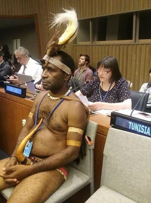 На заседание ООН пришел папуас в национальном костюме
