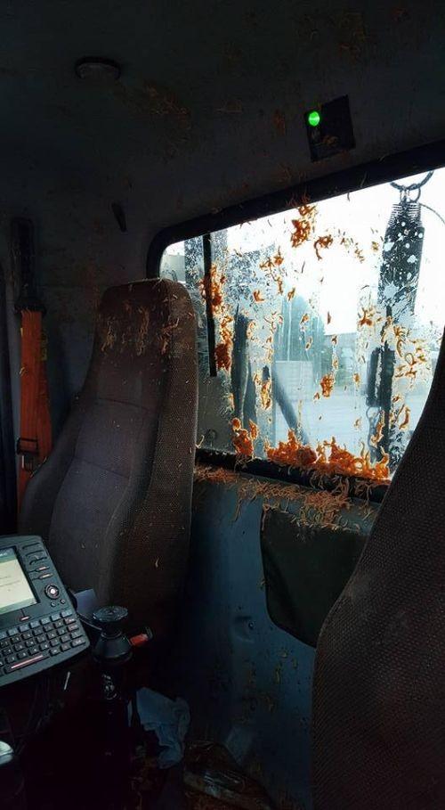 Контейнер с обедом влетел в лобовое стекло (4 фото)