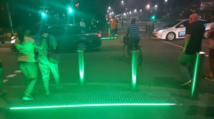 Светофоры для тех, кто не отвлекается от своих смартфонов (2 фото)