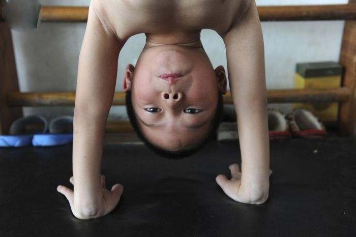 Тренировки китайских гимнастов (17 фото)