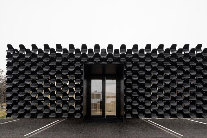 Мебельный салон с фасадом из пластиковых стульев (3 фото)