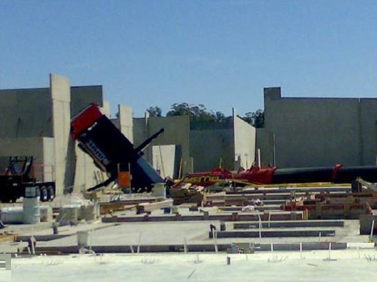 Падение гигантского крана (7 фото)