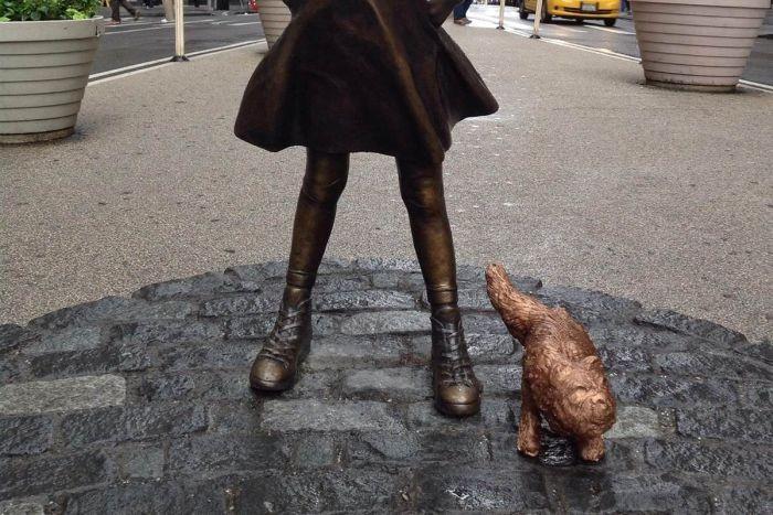 У статуи «Смелой девочки» появилась статуя «Писающего мопса» (2 фото)