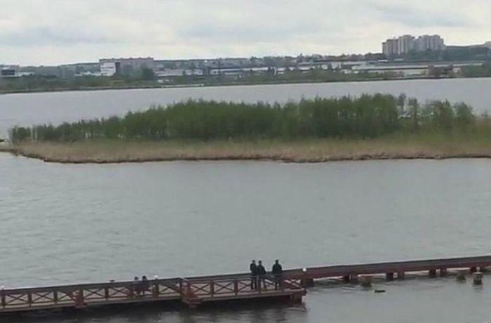 В Ижевске появился дрейфующий остров (6 фото)