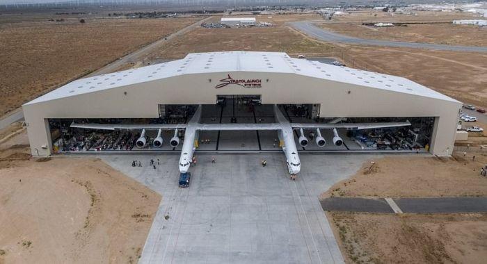 В США приступили к тестированиям самого большого транспортного самолета Stratolaunch (10 фото)