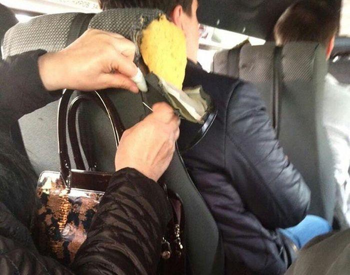 Пассажирка по дороге зашила сиденье в маршрутке (2 фото)