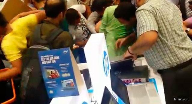 Щедрый шейх оплатил покупки всех покупателей (4 фото)