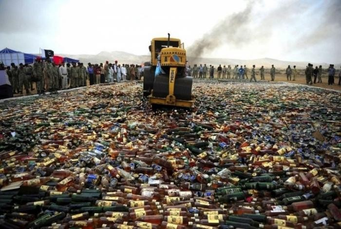 Уничтожение алкоголя в Пакистане (4 фото)