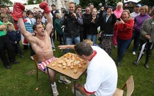Британцы играют в русскую рулетку куриными яйцами (4 фото)