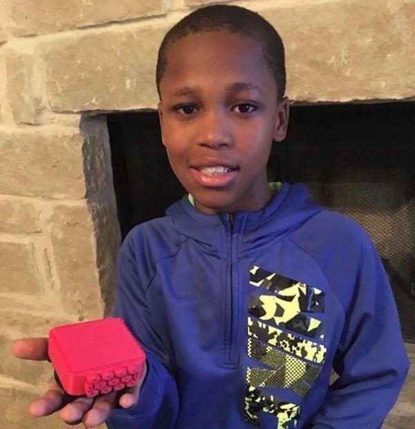 10-летний мальчик работает над необычным устройством (4 фото)