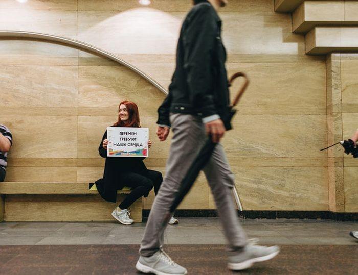 В день рождения Цоя в метро Петербурга устроили флешмоб (4 фото)