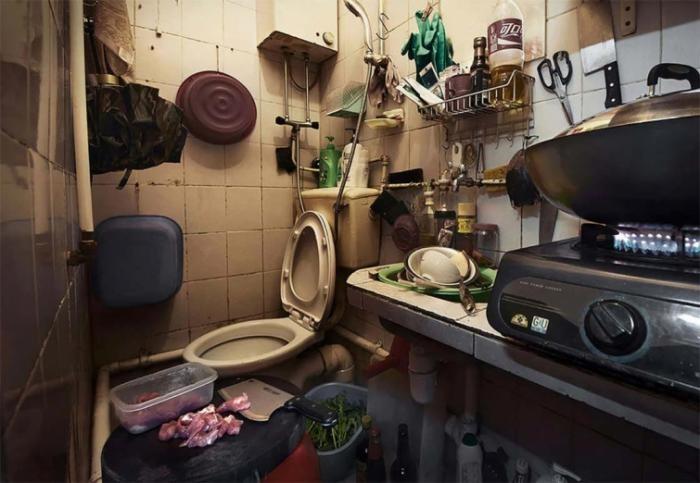 Фотограф запечатлел жизнь китайцев внутри чудовищно маленьких квартир (11 фото)