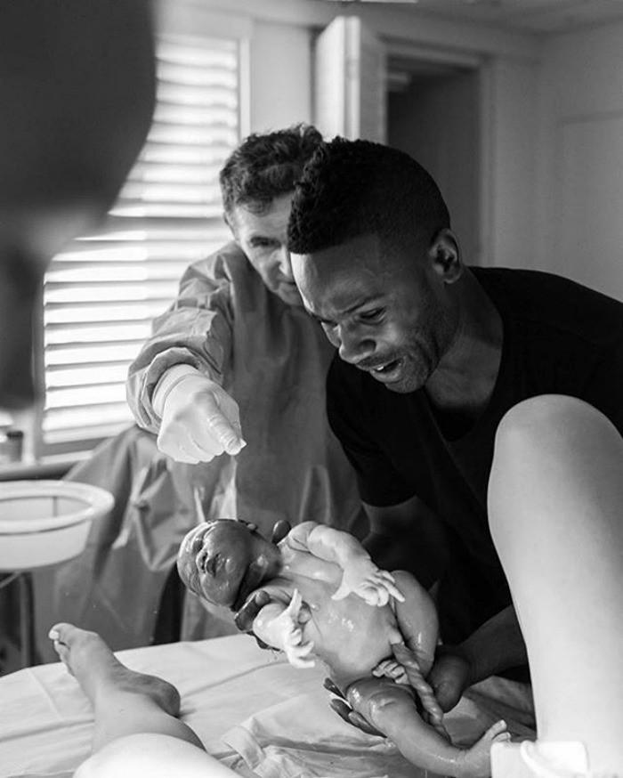 25 мощных фотографий отцов, присутствовавших при рождении ребёнка (25 фото)