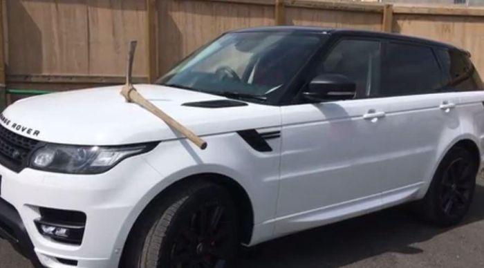 В Великобритании вбили кирку в капот автомобиля своего босса (2 фото)