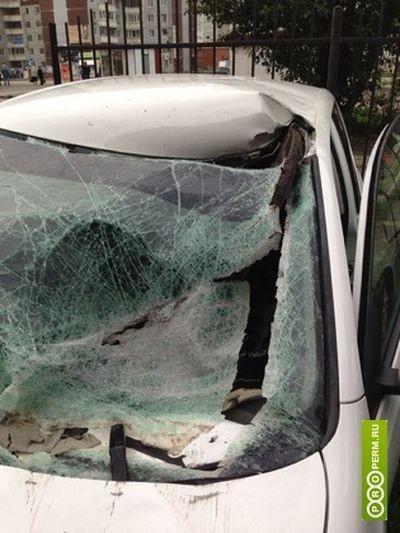 В машину пермяка прилетела канализационная крышка люка (7 фото)