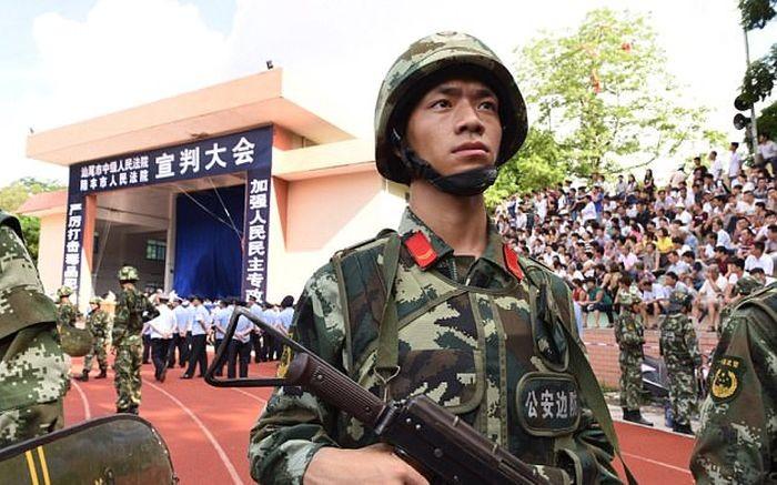 В Китае провели публичный суд над 18-ю наркоторговцами (4 фото)
