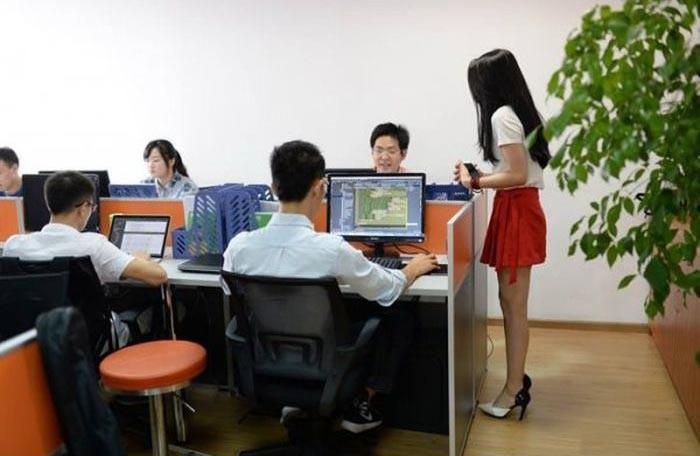Китайских программистов мотивируют девушками (5 фото)