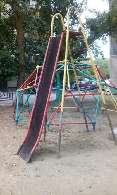 Странные детские площадки (17 фото)